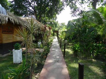 Weg durch den üppigen Garten der Turtle Lodge