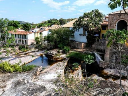 Häuser an einem steilen Flusslauf in Lençóis, Chapada Diamantina