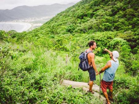 Wanderer auf dem Weg zum Strand von Lagoinha do Leste in Florianópolis, Südbrasilien