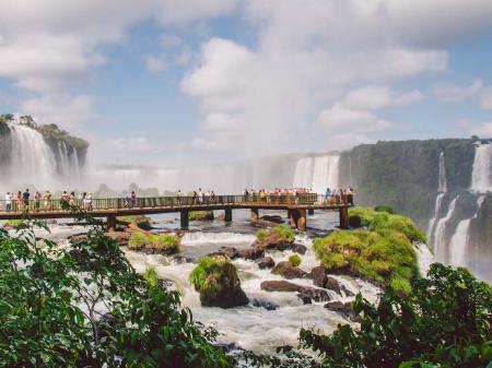 Steg zum Teufelsschlund auf der brasil. Seite der Wasserfälle in Foz do Iguacu