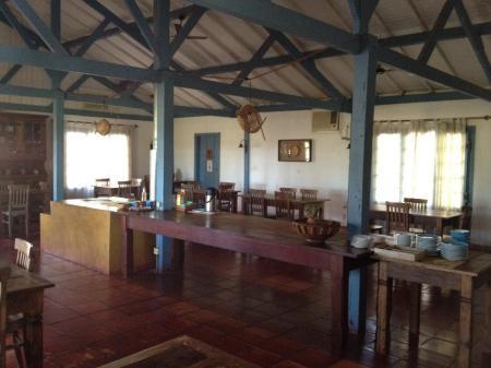 Rustikaler Speiseraum der Xaraes Lodge