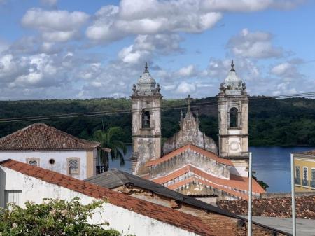 Aussicht von oben auf Kirche und Hinterland in Penedo