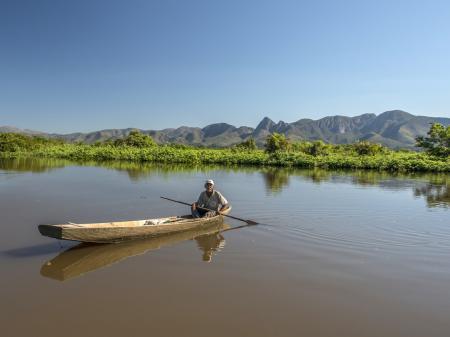 Mann im Boot unterwegs im Süd-Pantanal