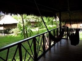 Bungalows in der Corto Maltes Amazonia Lodge bei einer Reise durch Peru,