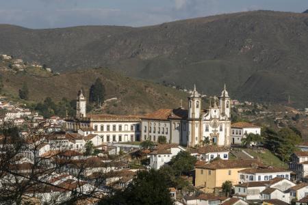 Blick auf Ouro Preto in den Bergen