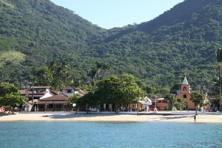 Sicht vom Meer auf den Ort Vila do Abraao auf der Ilha Grande