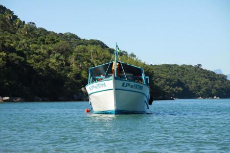 Boot auf dem Meer vor der Ilha Grande