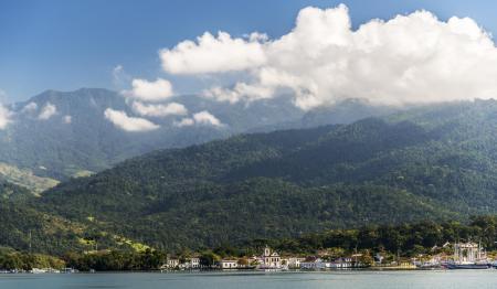 Sicht auf Paraty vom Meer aus vor der Kulisse der Serra do Mar und dem Atlantischen Regenwald