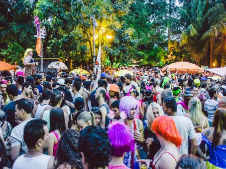 Bunte Szene im Straßenkarneval in Rio
