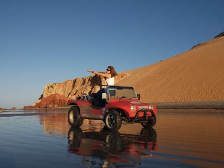 Ein begeisterter Gast in einem Buggy am Strand in Nordbrasilien