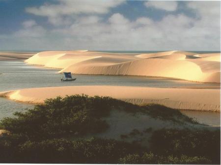 Boot auf dem Wasser zwischen den Dünen