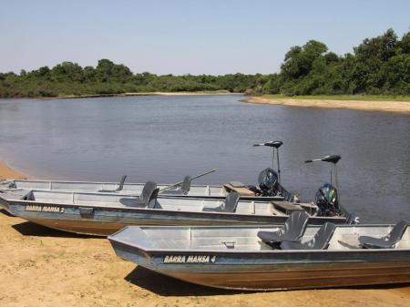 Boote zum Erkunden des Rio Negros im Süd-Pantanal