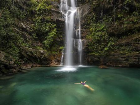 Wasserfall füllt Lagune zum Baden in der Chapada dos Veadeiros
