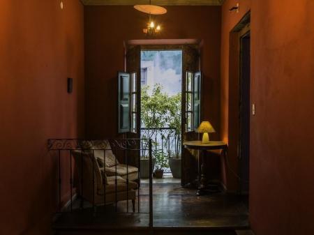 Stilvolle Sitzgelegenheit im Flur des Bahiacafe Hotel