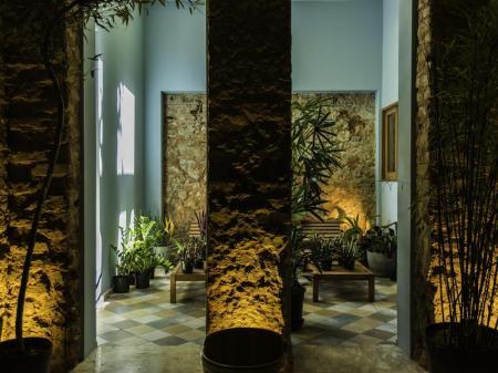 Künstlerisch gestaltete Lobby des Bahiacafe Hotel