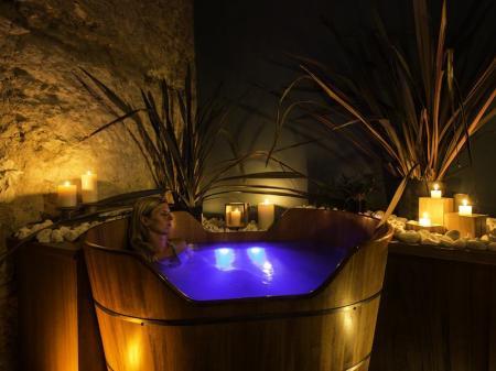 Entspannen im Pool des stilvollen Spa-Bereichs des Bahiacafe Hotel