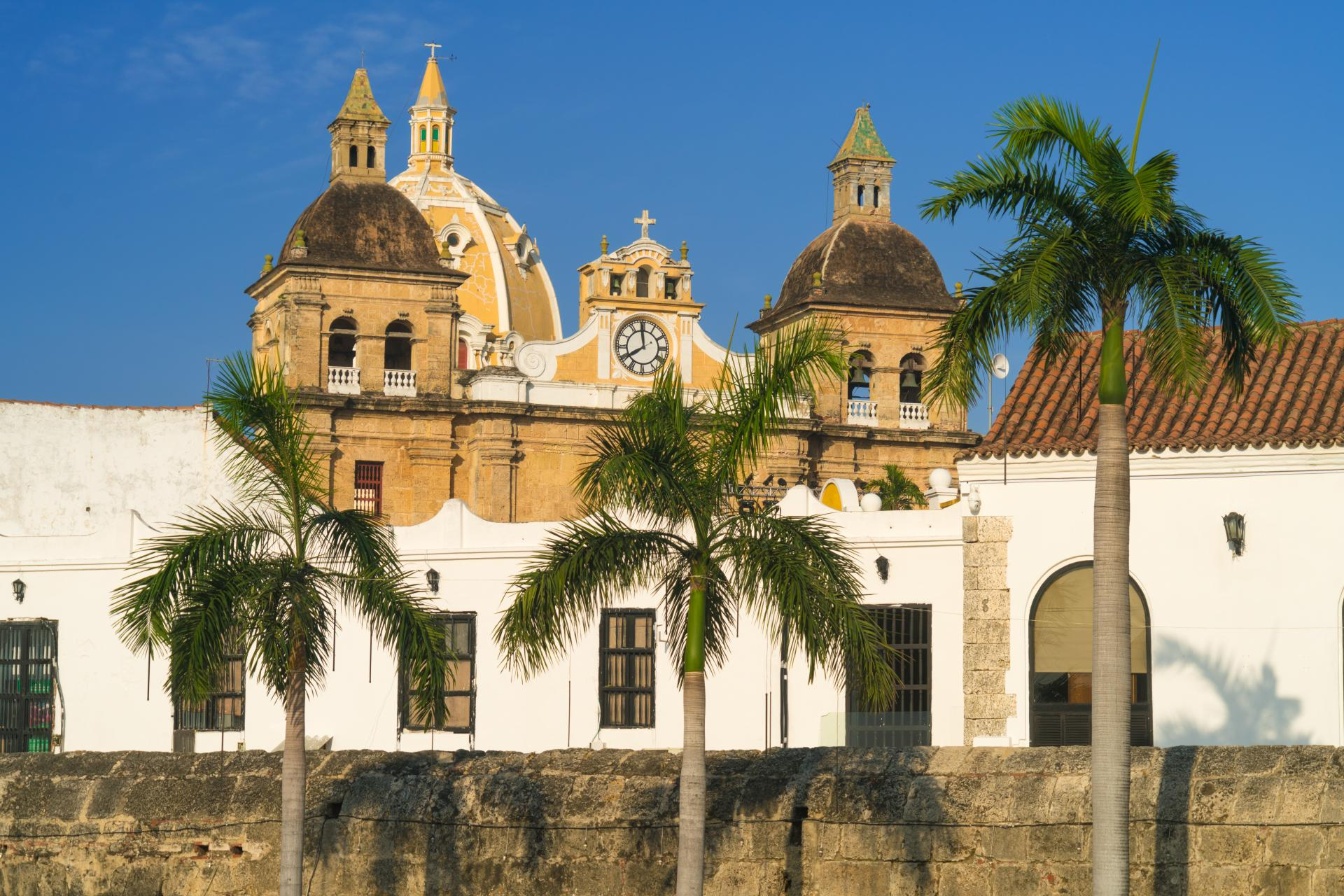 Die kolonialen Dächer über Bogota auf einer Stadtführung in Kolumbien begutachten