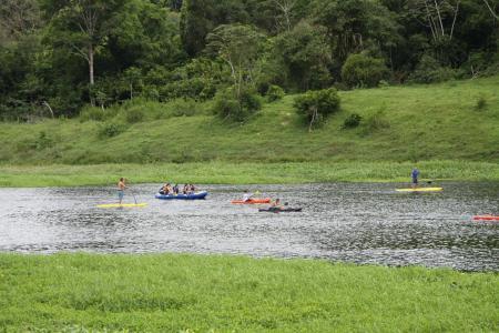 In Taboquinhas mit Schlauchbooten und Kajak auf dem Fluss unterwegs