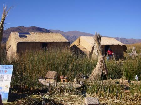 Unternehmen Sie einen Bootsausflug auf dem Titicaca See und entdecken Sie die Kultur der Uros in Peru