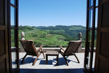 Zwei Liegestühle mit Weitblick der landestypischen Unterkunft Pousada Borghetto Sant Anna
