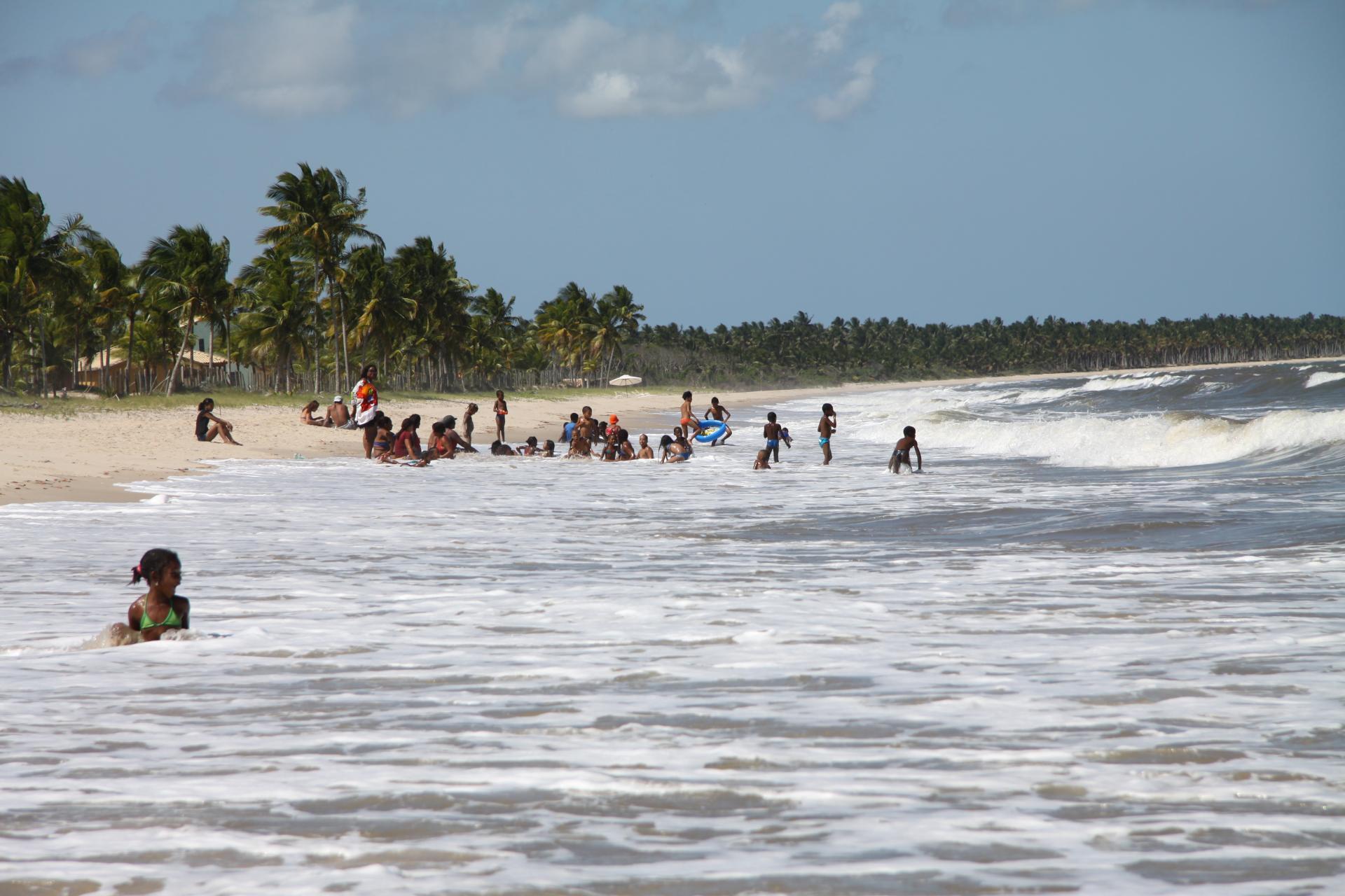 Tagestour Biketour von Pratigi bis Barra da Serinhaem (4h, privat): Menschen im Wasser am Pratigi-Strand