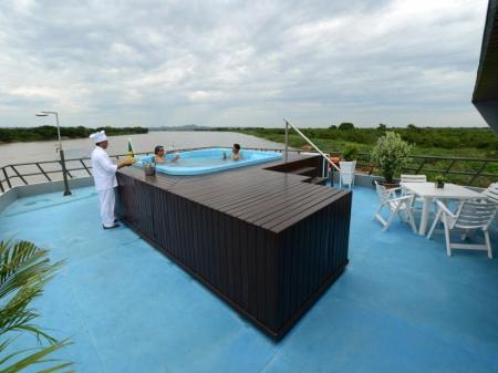 Pool auf dem Deck der Yacht Millennium