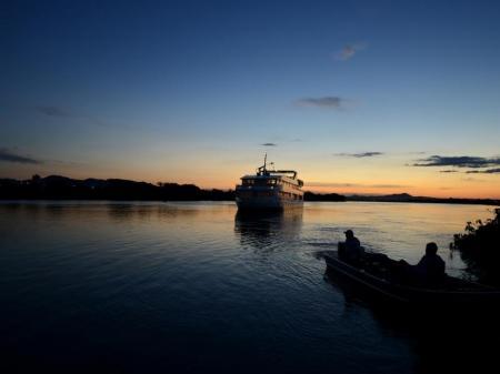Yacht Millenium im Sonnenuntergang