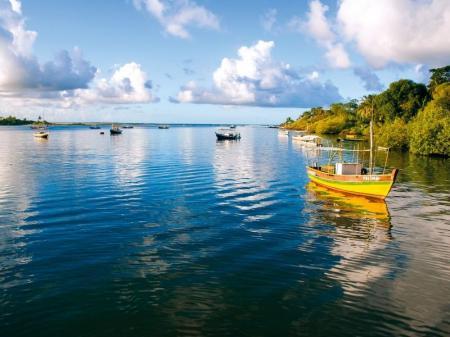Fischerboote in der Bucht bei Itacaré