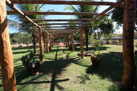 Holzgesäumter Eingang Pousada Reino Encantado