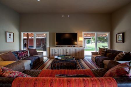 TV-Raum Hauptgebäude Caiman Lodge_Credits_Sidney_Bloch