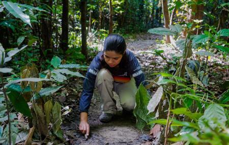 Biologin untersucht den Boden_Foto_Credits_Marcelo_Santana
