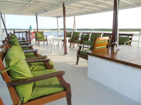 Relaxen auf dem Sonnendeck der Motoryacht Tucano