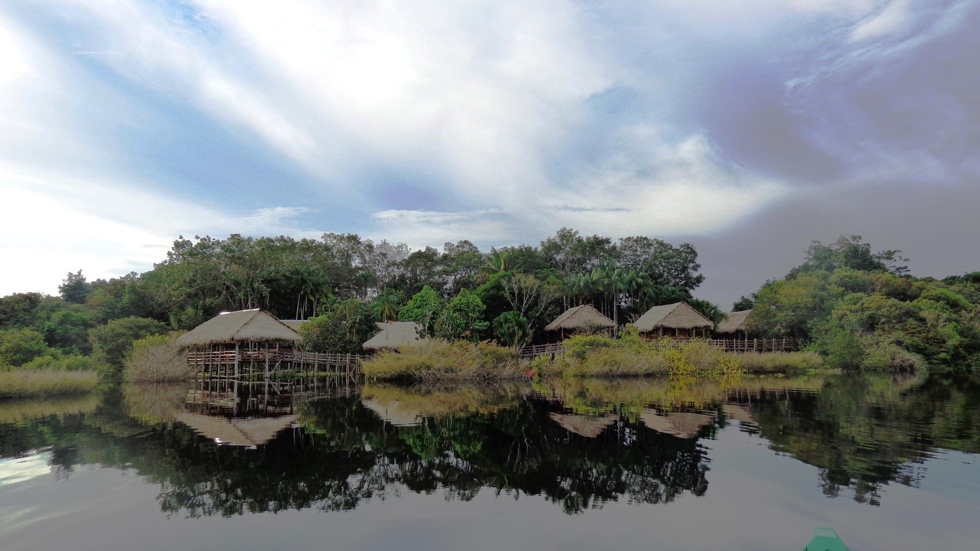 Am Flussufer liegt die Tariri Amazon Lodge
