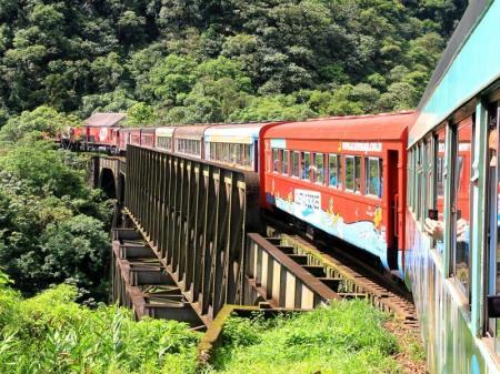 Unterwegs durch den Regenwald in der Touristenklasse des Serra Verde Express