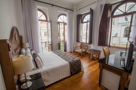 Ein Doppelzimmer mit Holzmöbeln und Blick im Hotel San Juan Johnscher
