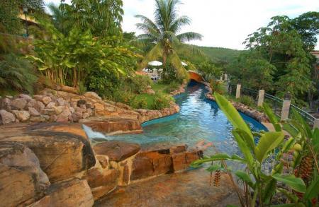 Aussenpool aus Stein am Flussufer im Hotel Cantos das Aguas