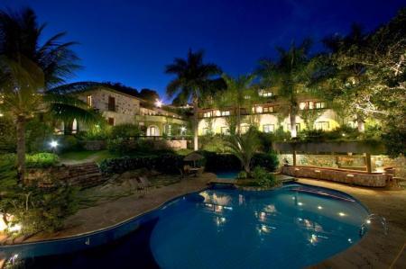 Pool mit Hotelgebäude im Hintergrund - Hotel Cantos das Aguas