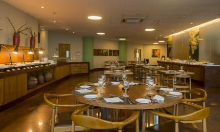 Ein gedeckter Tisch im Restaurant des Hotel Luzeiros