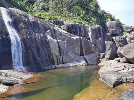 Das natürliche Schwimmbecken lädt zur Erfrischung ein nach der Wanderung zum Saco Bravo-Wasserfall
