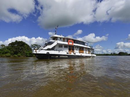 Das Expeditionsschiff Mutum auf einem Fluss im Nord-Pantanal