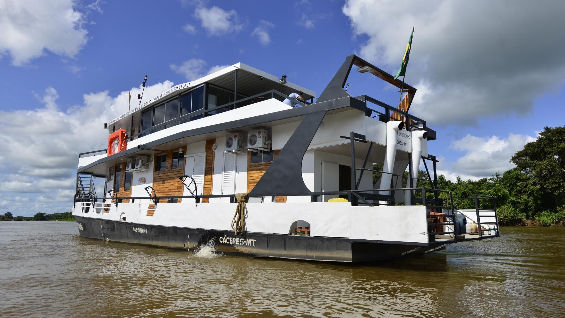 Expeditionsschiff Mutum auf dem Wasser vor blauem Himmel im Nord-Pantanal