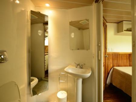 Privates Badezimmer auf dem Jaguar Expeditionsschiff Mutum