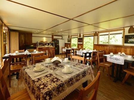 Speisesaal auf dem Expeditionsschiff Mutum