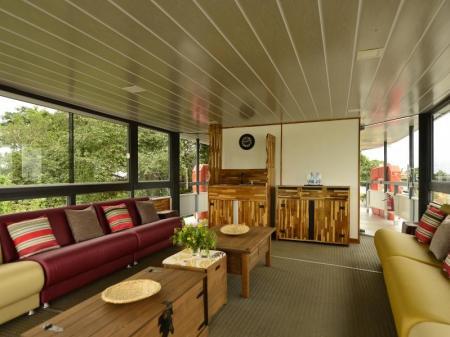 Salon mit komfortablen Sitzgelegenheiten auf dem Barco Mutum
