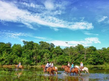 Gruppe von Reitern im Süd-Pantanal in Brasilien