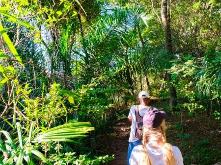 Zwei Besucher wandern durch die Vegetation im Süd-Pantanal bei der Pousada Aguapé